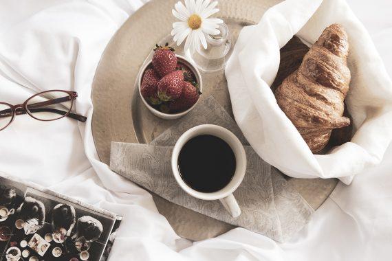 映画やドラマでよく見る朝食のサプライズ「ベッドで朝食を」